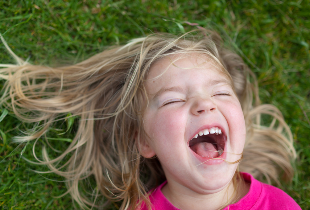 регулярно публикует картинки смеющихся до слез напрягают сами